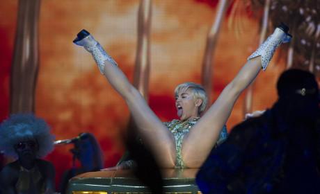 Miley Cyrus Does a Split