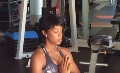 Kelly Rowland Confirms Pregnancy Via Yoga-Based Baby Bump