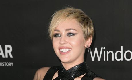Miley Cyrus: Bra-Free!