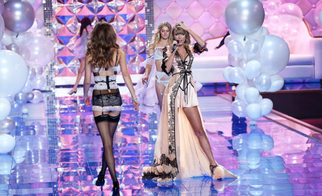 Taylor Swift Sexes Up Victoria's Secret Fashion Show, Performs on Stage