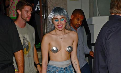 Miley Cyrus: No Shirt!