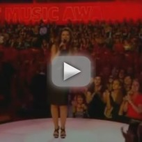 Shania twain falls at cmt music awards
