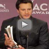 Luke-bryan-wins-at-acm-awards
