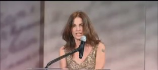 Kim delaney gives rambling speech