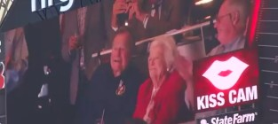 George hw bush and barbara bush will they kiss