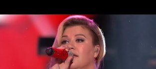 Kelly Clarkson Mentors, Performs on American Idol; Remains Amazing