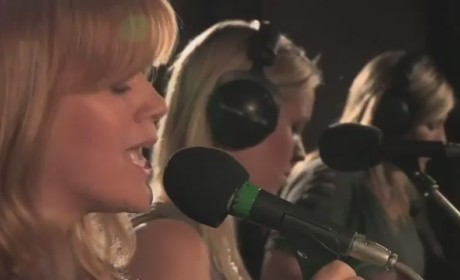 "Kelly Clarkson Covers ""Princess of China"""