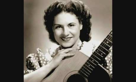"""Kitty Wells, """"Queen of Country Music,"""" Dead at 92"""