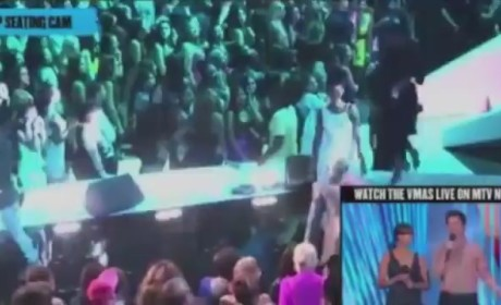 Chris Brown and Rihanna KISS at VMAs!