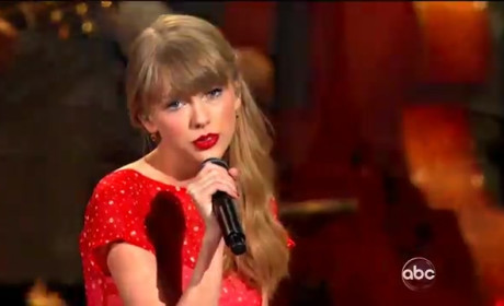 "Taylor Swift Performs ""Begin Again"" at CMA Awards 2012"
