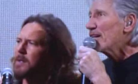 "Roger Waters and Eddie Vedder: ""Comfortably Numb"" at Sandy Relief Concert"