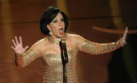 "Shirley Bassey Performs ""Goldfinger,"" Brings Oscars Crowd to Its Feet"