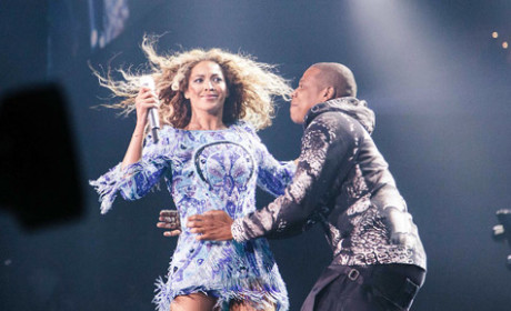Jay-Z Surprises Beyonce with a Smooch, Fans Go Bonkers