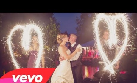 "Kelly Clarkson Plays Wedding Singer in Video for ""Tie It Up"""