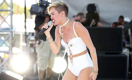 "Miley Cyrus - ""Wrecking Ball"" (iHeart Radio Festival)"