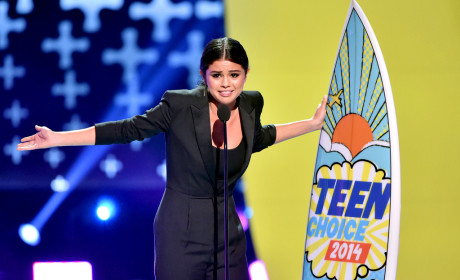 Selena Gomez Wins Ultimate Choice Award, Takes Mini Jab at Justin Bieber