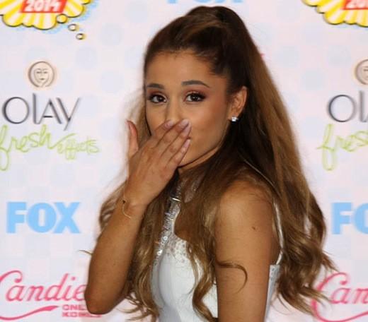 Ariana Grande Blows (Kisses)