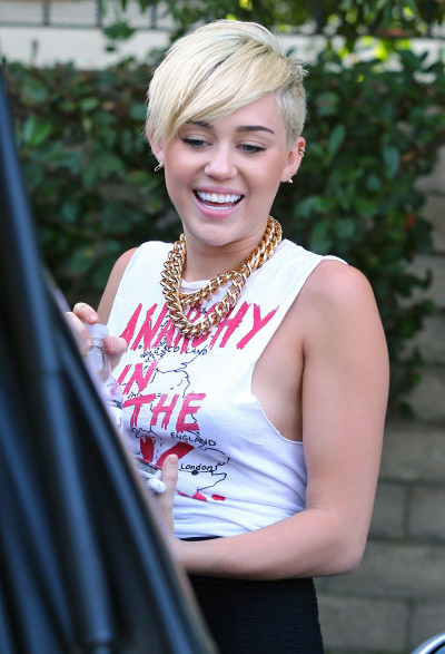 Miley Cyrus, No Bra