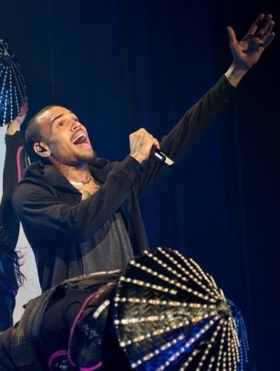 Chris Brown Sings Live